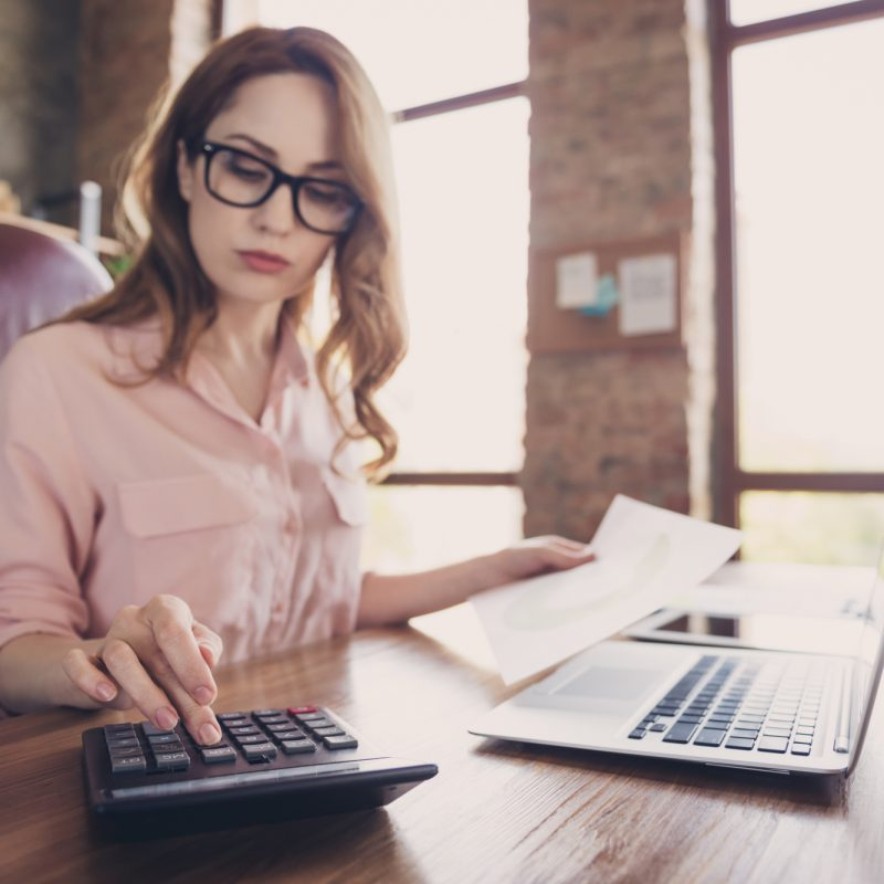 Kvinde lægger budget
