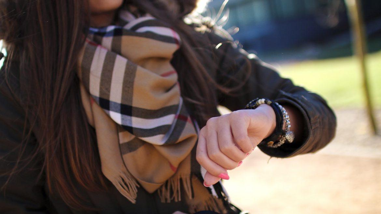Kvinde tjekker sit armbåndsur
